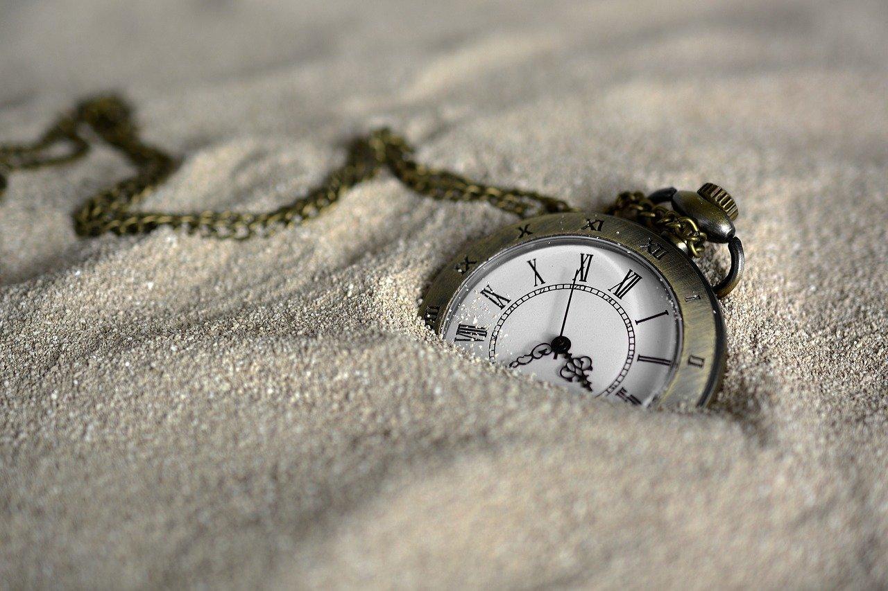 montre gousset dans du sable